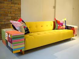 sofá colorido